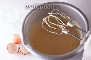 Ввести сахар и яйца и тоже взбить в почти гомогенную жидкую массу.