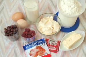 Для приготовления кексов нам понадобится мука, сахар, яйца, сметана, сливочное масло, разрыхлитель, ванилин и ягоды. Первое что нужно сделать — это промыть ягоды и обсушить на бумажных полотенцах, у крыжовника удалить хвостики.