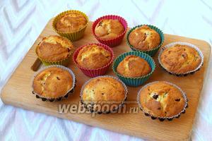Разогреть духовку на 180 градусов и выпекать кексы 20-25 минут. На готовность проверить деревянной шпажкой. Кексы остудить и по желанию присыпать сахарной пудрой или покрыть джемом. Приятного аппетита!