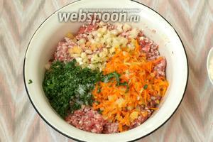 Нарезать кубиками одну луковицу, натереть одну морковь — обжарить на подсолнечном масле. Добавить в фарш. По желанию можно добавить зелень. Я добавила в фарш петрушку и верхушки перцев, измельчив их кубиками. Фарш посолить и поперчить.
