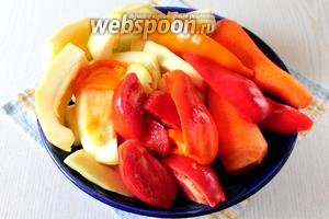 Подготавливаем овощи — кабачки, помидоры, сладкий перец и морковь.
