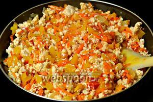 Соединяем куриный фарш и овощи, солим, перчим, даём минут 5-7 потушиться вместе.
