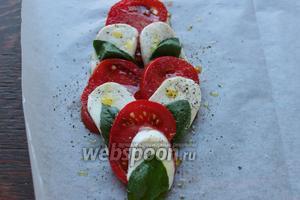 Выложить помидоры, чередуя с кружочками моцареллы и листочками базилика. Сверху ещё чуточку (или не чуточку:) полить хорошим маслом, посолить, поперчить по вкусу.