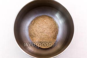Замесим мягкое, липкое тесто. Миску смажем маслом, выкладываем в неё тесто, накрываем плёнкой и ставим в тёплое место на 1-1,5 часа.
