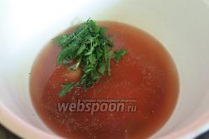 Готовим бульон со специями: соль, перец, зубчик чеснока, ложка уксуса, зелень — кипятим в 1 стакане воды 5 минут.