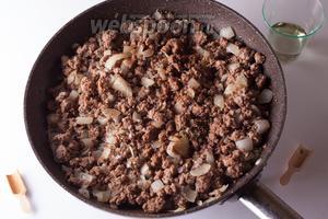 Вводим в мясо орегано, корицу, свежемолотый чёрный перец, соль и вино, как следует вымешиваем и ставим чуток остынуть.