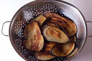 Разогреваем оливковое масло (много) на сильном огне и обжариваем баклажаны с обеих сторон до коричневатости. Масло придётся, время от времени, подливать. Если у вас много оливкового масла, но мало времени, то удобнее жарить на нескольких сковородах. На вопрос, можно ли фритировать баклажаны для классической мусаки во фритюрнице, ответ отрицательный (уточняла у повара). Экономить масло тоже нельзя.