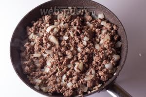 Мясо вместе с луком обжаривается в остатках оливкового масла. Мясо должно подсохнуть, а лук, как минимум, стать прозрачным.