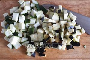 Баклажаны и цукини нарежьте кубиками вместе с кожицей. Выбирайте баклажаны с кремово-белой мякотью, без зеленоватого оттенка, чтобы не пришлось их просаливать и вымачивать.