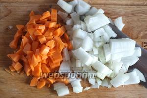 Морковь и лук также нарежьте кубиками.