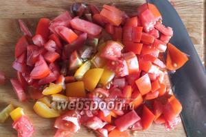 Томаты нарежьте кубиками. Повторюсь, не используйте томаты салатных сортов, возьмите те, что подходят для консервирования.