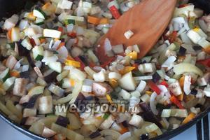 Возьмите  широкую чугунную сковороду или большой сотейник. Разогрейте масло, добавьте баклажаны, сладкий перец, кабачки, морковь и лук. Готовьте на среднем огне, помешивая, минут 10. Если большой сковороды нет, можно обжаривать соте порциями на 1 баночку, например.