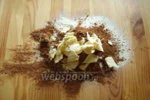 На рабочую поверхность отправляем просеянную муку с какао и солью. Добавляем туда кусочками сливочное масло и рубим в крошку.