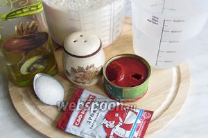 Для теста нам понадобится тёплая вода, мука, оливковое масло, можно заменить растительным, соль, сахар, дрожжи, томатная паста, можно использовать кетчуп, но его нужно 1 ст.л. иначе тесто будет сильно кислить.