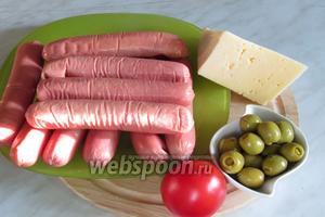 Для начинки нам понадобятся сосиски минимум 250 гр, у меня 400 гр, сыр, оливки, помидор. Немного соли, чтобы посолить помидор.