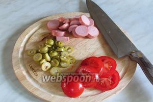 Сосиски, оливки и помидоры порезать кружочками.