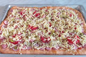 Сыр натереть на крупной тёрке и посыпать сверху пиццу.