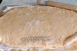 Раскатать тесто на доске по форме противня.