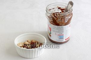 Для крема я использовала шоколадную пасту и орехи фундук. Можно, также, взять любой джем по вкусу или конфитюр.