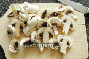 Нарежем грибы так же на дольки, но не такие толстые, как белый гриб, достаточно по 4 мм.