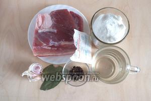 Подготовьте необходимые ингредиенты: свиную грудинку, соль, воду, специи, чеснок и аскорбиновую кислоту. Для чего нужна аскорбинка? Аскорбиновая кислота сыграет роль антиокислителя и грудинка останется натурального розового цвета, а входящая в состав таблеток глюкоза позволит не добавлять в рассол сахар «для вкуса». К тому же лишняя доза витамина С ещё никому не повредила )))