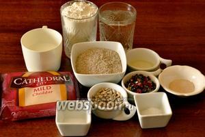 Для приготовления хлеба нам понадобится пшеничная мука, ржаные отруби, вода, молоко, сыр Чеддер, вяленый сладкий перец, соль, сахар, дрожжи, подсолнечное масло, дрожжи, очищенные семечки.