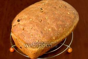 Готовый хлеб выкладываем на решётку.