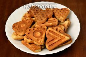 Готовое печенье вытряхиваем из формы, разделяем на треугольнички и удаляем запекшиеся краешки. Печенье за счёт творога получается мягче, чем какое-либо другое.