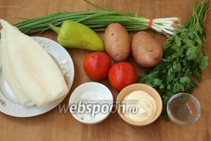 Для приготовления салата возьмём тубы кальмаров, перец болгарский, помидоры, картофель, зелёный лук, петрушку, соль, перец, майонез или сметану.