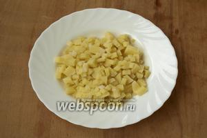 Картофель отварить в мундире, остудить, очистить и нарезать кубиками.