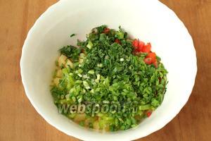 Добавить нарезанный соломкой болгарский перец, измельчённые зелёный лук и петрушку.
