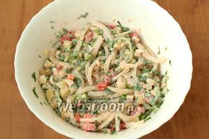 Салат перемешать. Заправить по желанию майонезом или сметаной. Сразу подавать. Приятного аппетита!