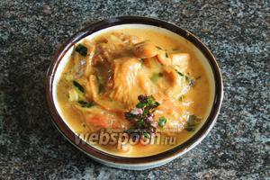 Рагу из лисичек подаём горячим в отдельной посуде или, как соус-добавка, к гарниру.