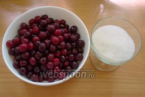 Для приготовления наливки нужны свежая вишня и сахарный песок. Дополнительно: банки по 3 литра каждая и перчатки медицинские, марля, лейка, тара под готовую наливку.