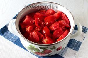 Промытые помидоры режем на дольки.