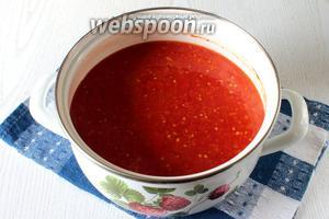 Варим на среднем огне 10 минут. На данном этапе по желанию можно протереть томаты через сито.
