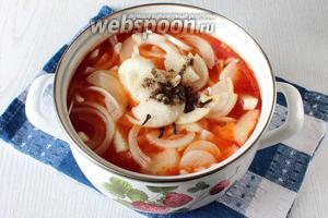 В томатную массу добавляем лук, соль, гвоздику и перец молотый. Варим 20 минут.