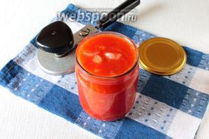 Раскладываем соус в стерилизованные сухие банки и закатываем прокипячёнными крышками.