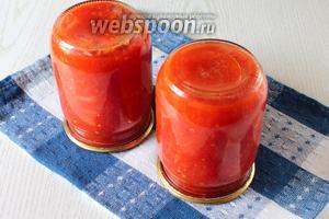 Баночки с соусом переворачиваем на крышку и оставляем под пледом до остывания. Наш томатный соус с луком готов. Из указанного количества ингредиентов получается 2 литра соуса. Вкусной вам зимы!