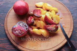 Нарезать томаты, крупно (по крестьянски:))