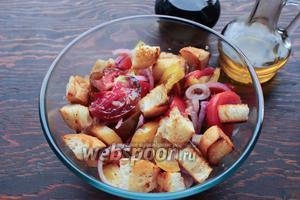 К салату добавить чиабатту, полить заправкой. Приправить по вкусу.