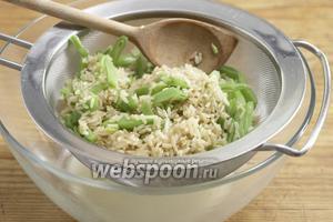 Смесь из риса и фасоли слить в дуршлаг. Затем поместить в миску и дать остыть.