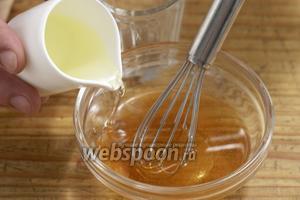 Смешать бальзамический уксус, соль, перец, овощной бульон и оливковое масло.