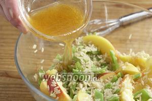 Залить салат соусом, перемешать и дать постоять минут 15.