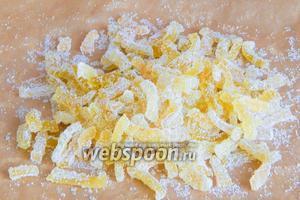 Когда цукаты перестают липнуть к рукам, они готовы. По желанию (для дальнейшего хранения) их можно пересыпать сахаром или сахарной пудрой.