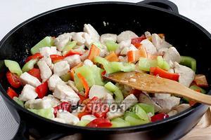 Разноцветный перец добавить к мясу и снова жарить быстро, помешивая, не допуская полного размягчения перца. На это уйдёт не более 3 минут.