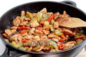 Обжарка не должна превышать 3 минуты. Курица в соусе Хойсин готова.
