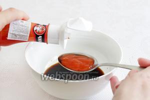 Приготовим маринад на основе соуса Хойсин. Соединим соевый соус, сладкий соус Чили.