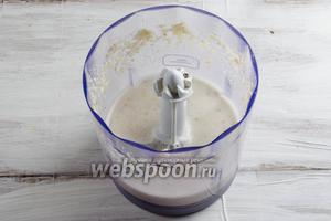 Орехи вынуть из воды. Просушить. Орехи, чеснок, сок лимона и воду пюрировать в блендере. Получится белое пюре.