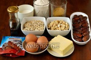 Для приготовления кекса нам понадобится мука, сливочное масло, коричневый сахар, молоко, яйца (у меня мелкие, поэтому добавила яйцо дополнительно), ванильный экстракт, овсяные хлопья, финики, кешью, разрыхлитель, шоколадная глазурь (у меня из белого и тёмного шоколада).